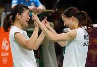 2016 Rio de Janeiro Olympics -- Japan's Ayaka Takahashi, left, and Misaki Matsutomo celebrate after winning the gold medal in the women's badminton doubles by defeating a Danish pair in the final. (Mainichi/Masahiro Ogawa)