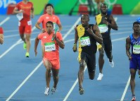 2016 Rio de Janeiro Olympics -- Jamaica's anchor Usain Bolt glances across at Japan's Aska Cambridge in the final of the 4x100-meter relay in the men's athletics. Jamaica won the gold while Japan captured the silver medal. (Mainichi/Naotsune Umemura)