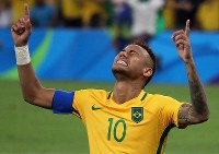 2016 Rio de Janeiro Olympics -- Brazil's Neymar is filled with emotion after winning the gold medal in the men's soccer by scoring the last goal in the penalty shootout in the final against Germany. (Mainichi/Shin Yamamoto)