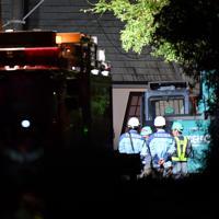 自衛隊も投入され、土砂崩れで倒壊し行方不明者の捜索が続く住宅(奥)=千葉市緑区誉田町で2019年10月25日午後11時29分、宮間俊樹撮影