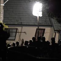 土砂崩れで倒壊し行方不明者の捜索が続く住宅(奥)=千葉市緑区誉田町で2019年10月25日午後11時4分、宮間俊樹撮影