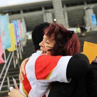 【イングランド-ニュージーランド】フリーハグをするニュージーランドファンの女性=横浜・日産スタジアムで2019年10月26日、玉城達郎撮影