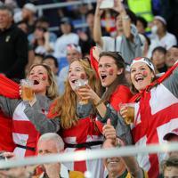 【イングランド―ニュージーランド】試合前から盛り上がるイングランドのファン=横浜・日産スタジアムで2019年10月26日、長谷川直亮撮影
