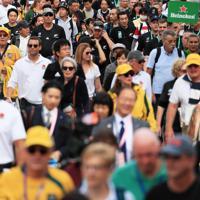 【イングランド-ニュージーランド】試合会場に向かう大勢のファンら=横浜・日産スタジアムで2019年10月26日、玉城達郎撮影