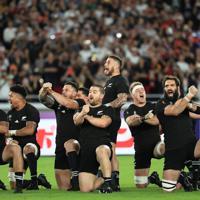 【イングランド-ニュージーランド】試合前、ハカを披露するニュージーランドの選手たち=横浜・日産スタジアムで2019年10月26日、玉城達郎撮影