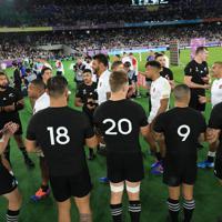 【イングランド-ニュージーランド】イングランドの選手を花道で送り出すB・バレット(左端)らニュージーランドの選手たち=横浜・日産スタジアムで2019年10月26日、玉城達郎撮影