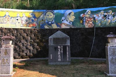 霧社事件の生存者が強制移住させられた川中島(現・清流)。かつて川中島祠だった場所は、戦後「霧社事件 余生紀念碑」と改められた。この日、紀念碑の上方の森には無数のチョウが舞っていた=台湾で2019年9月24日、高橋咲子撮影