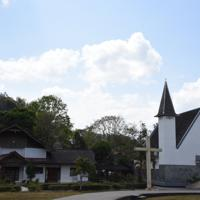 町のシンボルになっている山頂の十字架=インドネシア中部スラウェシ島の北トラジャ県で2019年9月20日、武内彩撮影