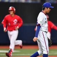 【日本生命-東京ガス】六回表日本生命2死一、三塁、越智(左)に左越え3点本塁打を許し、肩を落とす東京ガスの難波=京セラドーム大阪で2019年10月27日、猪飼健史撮影