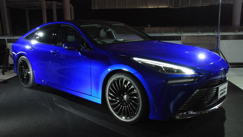 トヨタが出品した燃料電池車の2代目「MIRAI」。トヨタは水素社会のけん引を目指す=東京都江東区で10月23日、川口雅浩撮影