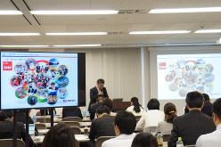 全銀協の説明会で、支援の取り組みを紹介する銀行の担当者=東京都千代田区の全銀協会議室で10月21日