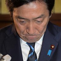 安倍晋三首相に辞表を提出したことを記者団に話し頭を下げる菅原一秀経済産業相