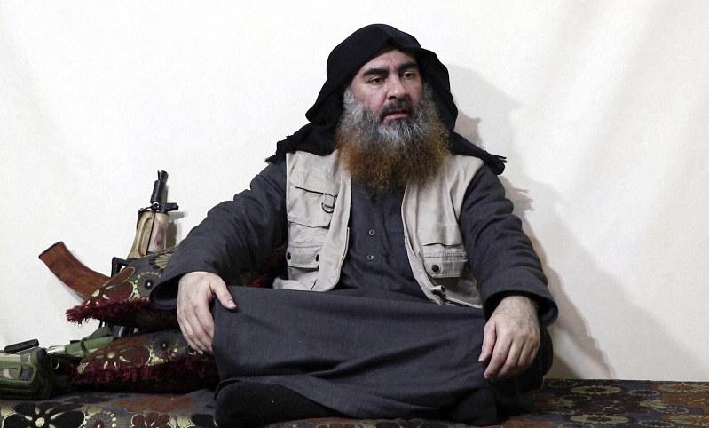 今年4月に発表されたビデオ声明で話すIS指導者のアブバクル・バグダディ容疑者とされる人物=ISメディア部門アルフルカーン提供、AP