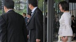 即位礼正殿の儀に参列し、首相と共に宮殿を出る安倍昭恵氏=皇居・宮殿南車寄せで2019年10月22日午後1時44分、手塚耕一郎撮影