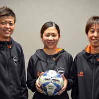 健闘を誓う小山美佳さん(右)らメンバー・オブ・ザ・ギャングの3人=伊賀市役所で