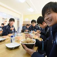 パンと牛乳の簡易給食と併せて提供された牛丼を食べる丸森中学校の生徒たち=宮城県丸森町で2019年10月28日、丸山博撮影