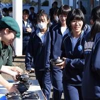 炊き出しの牛丼を受け取る丸森中学校の生徒たち。台風19号の洪水被害で断水が続いているため、給食は今でもパック入りの牛乳とパン一つずつ。「温かいご飯を食べさせてあげたい」と丸森町商工会から要望を受けた吉野家が無料提供した。自宅が断水していてレトルト食品中心の食事をしているという1年生の八巻顕成さん(13)は「熱々のご飯が食べられて幸せです」とほおばり、真っ先に食べ終えていた=宮城県丸森町の丸森中学校で2019年10月28日午後0時28分、丸山博撮影