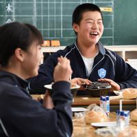 給食で提供された牛丼を食べる丸森中学校の生徒たち。台風19号の洪水被害で断水が続いているため、給食は今でもパック入りの牛乳とパン一つずつ。「温かいご飯を食べさせてあげたい」と丸森町商工会から要望を受けた吉野家が無料提供した。自宅が断水していてレトルト食品中心の食事をしているという1年生の八巻顕成さん(13)は「熱々のご飯が食べられて幸せです」とほおばり、真っ先に食べ終えていた=宮城県丸森町の丸森中学校で2019年10月28日午後0時47分、丸山博撮影