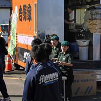 熱々の牛丼を無料提供した吉野家の大型キッチンカー=宮城県丸森町の丸森中学校で2019年10月28日午後0時31分、丸山博撮影
