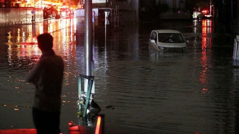 台風19号の影響で冠水し、路上に放置された乗用車=東京都世田谷区で2019年10月13日午前0時11分、小川昌宏撮影