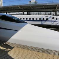 「N700S」確認試験車(手前)と現在営業車として使われているN700A。N700Sは運転席下まで車体側面の青いラインが描かれている=愛知県豊橋市のJR豊橋駅で2019年10月30日午前11時半、内林克行撮影