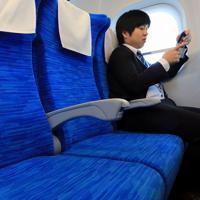 次期東海道新幹線車両「N700S」では全席の肘掛け部分にコンセントが設置されている=東海道新幹線で2019年10月30日午前10時50分、内林克行撮影