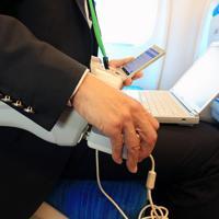 次期東海道新幹線車両「N700S」では全席の肘掛け部分にコンセントが設置されている=東海道新幹線で2019年10月30日午前11時8分、内林克行撮影