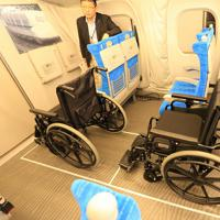 東海道新幹線「N700S」確認試験車の11号車には車いすを2台置くことができるスペースがある=東海道新幹線で2019年10月30日午前10時28分、内林克行撮影