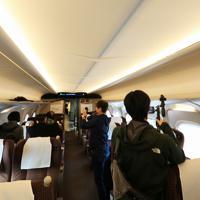 次期東海道新幹線車両「N700S」では客室天井にも防犯カメラ(右上)が取り付けられている=東海道新幹線で2019年10月30日午前10時7分、内林克行撮影