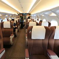 東海道新幹線「N700S」確認試験車のグリーン車客室内。普通車も含めて客室内の照明は間接照明となっている=東海道新幹線で2019年10月30日午前10時13分、内林克行撮影