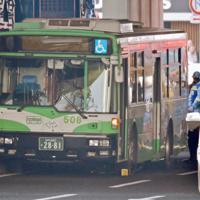通行人をはねた神戸市営バス=神戸市中央区で2019年4月21日、平川義之撮影