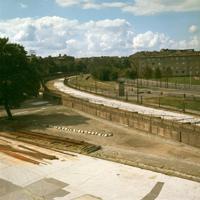 ベルリンの「壁」は幅約50メートル、南北45キロにわたってベルリン市を断ち切っている。壁の中央には100メートルおきぐらいに東ドイツ側の監視塔が立っている。西ベルリンのマリアネン広場の一角に建設中の宣教師住宅から東ベルリンをながめたもの。監視兵の姿は見えずアパート街を歩く人影もまったくない。静かなながめであることがかえって不気味さが増大する=西ベルリンのマリアネン広場付近で=1965年ごろ、川辺信一撮影