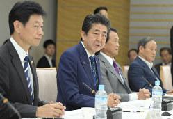 第1回全世代型社会保障検討会議で発言する安倍晋三首相(左から2人目)=首相官邸で2019年9月20日、川田雅浩撮影