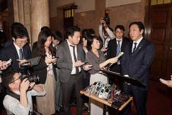 就任わずか1ヶ月半辞任に追い込まれた菅原一秀前経済産業相(右、国会内で10月25日)