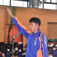 力強く宣誓をする開志国際の山本唯翔主将=新潟県弥彦村のサンビレッジ弥彦で