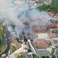 正殿(中央付近)と北殿(右側)が全焼するなど激しく燃える首里城=那覇市で2019年10月31日午前6時55分、琉球新報提供