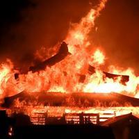 激しく燃え上がる首里城の正殿=那覇市で31日午前4時ごろ、近隣住民撮影