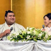 婚約発表記者会見で記者の質問に笑顔で見つめ合う大関・高安(左)と演歌歌手の杜このみさん=福岡県大野城市でで2019年10月31日午後2時16分、矢頭智剛撮影