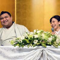 婚約発表記者会見で記者の質問に笑顔を見せる大関・高安(左)と演歌歌手の杜このみさん=福岡県大野城市でで2019年10月31日午後2時16分、矢頭智剛撮影