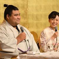 婚約発表記者会見で記者の質問に笑顔を見せる大関・高安(左)と演歌歌手の杜このみさん=福岡県大野城市でで2019年10月31日午後2時14分、矢頭智剛撮影