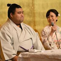 婚約発表記者会見で記者の質問に笑顔で答える演歌歌手の杜このみさん(右)左は大関・高安=福岡県大野城市でで2019年10月31日午後2時8分、矢頭智剛撮影