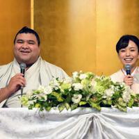 婚約発表記者会見で笑顔で質問に答える大関・高安(左)と演歌歌手の杜このみさん=福岡県大野城市でで2019年10月31日午後2時16分、矢頭智剛撮影