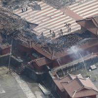 火災で正殿などが全焼し、消火活動が行われる首里城=那覇市で2019年10月31日午後12時29分、本社ヘリから