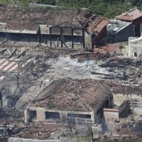 全焼し崩れ落ちた首里城の正殿があった場所=那覇市で2019年10月31日午後12時34分、本社ヘリから