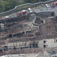 火災で焼失した首里城の黄金御殿・寄満・近習詰所=那覇市で2019年10月31日午後3時、本社ヘリから