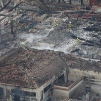 首里城の正殿で続く消火活動=那覇市で2019年10月31日午後2時53分、本社ヘリから
