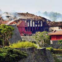 消火活動が続く首里城=那覇市で2019年10月31日午前10時27分、森園道子撮影