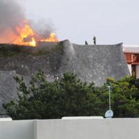 炎を上げて燃える首里城=那覇市首里崎山町で2019年10月31日午前6時43分、遠藤孝康撮影