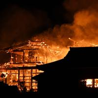 激しく炎上する首里城=那覇市で2019年10月31日午前4時42分、琉球新報提供