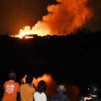 燃え続ける首里城の様子を見守る近隣住民ら=那覇市で2019年10月31日午前4時40分、琉球新報提供